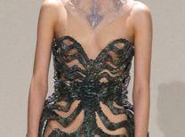 '미역을 덕지덕지(?)' 이색적인 드레스