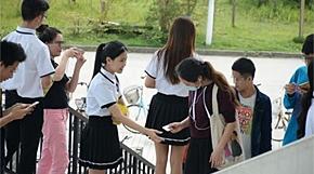 <strong>캠퍼스서 콘돔 나눠주는 여학생들 '왜?'</strong>