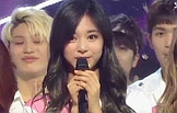 트와이스, AOA 제치고 '인기가요' 1위