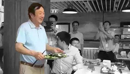 [카드뉴스] 회사 구내식당에 나타난 아저씨의 정체