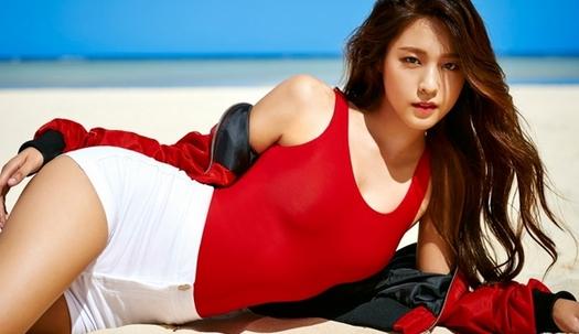 설현, 붉은색 수영복에 드러난 아찔 몸매