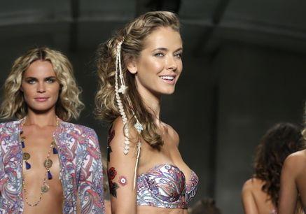 여름을 빛내는 수영복 패션쇼모델들의 화려한 워킹