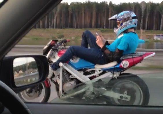 겁없는 남자의 오토바이 타기 '누워서 핸드폰까지…'
