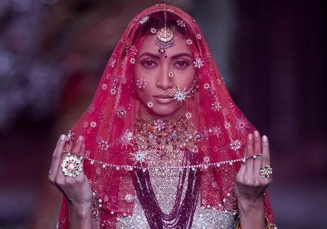 색다른 매력의 인도 패션쇼 신비로운 의상을 선보이며…