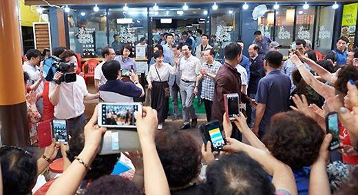 휴가 중 울산 방문한 박 대통령, 재래시장서 시민과 셀카도