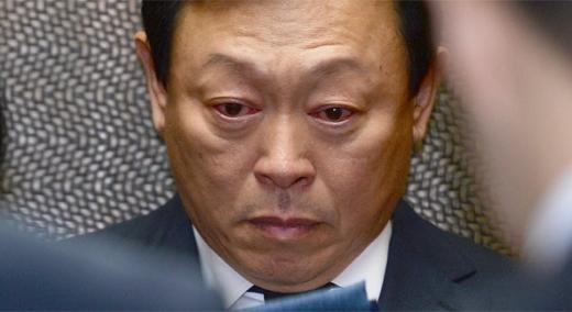 침통한 표정에 충혈된 눈···신동빈, 이인원 빈소 조문