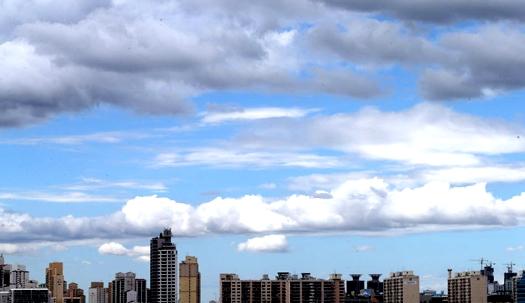 폭염 지나간 구름 사이 파란하늘