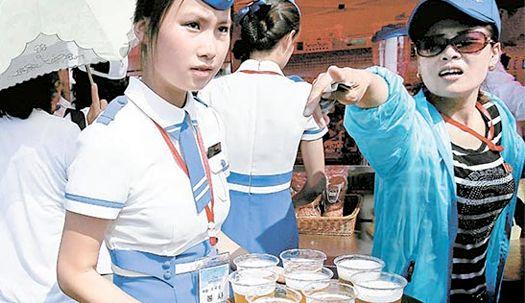 北 사상 첫 국제 에어쇼 ··· 맥주 파는 女종업원