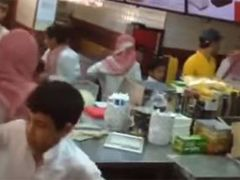 공짜 음식에 '와장창' 난장판된  햄버거 가게