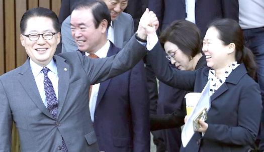 """박지원 비대위원장, 권은희 의원 손 잡고 """"원스타"""" 외쳐"""