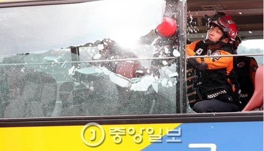 화재버스 탈출 실험…유리창 깨뜨린 도구는