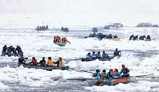 얼음 뚫고 카누 경주