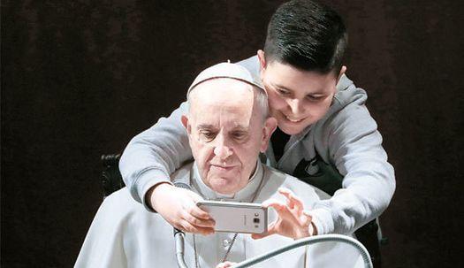 교황, 뒤에서 다가온 소년 셀카 요청에···