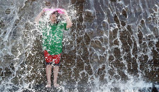 오늘도 초여름날씨…더위엔 물놀이가 최고!