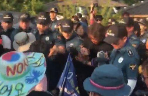 군 차량 검문하는 성주 주민 vs 주민 행동 제동 걸려는 경찰 충돌