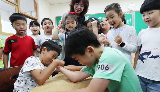 새 학기,웃음 가득한  초등학교 1학년 교실