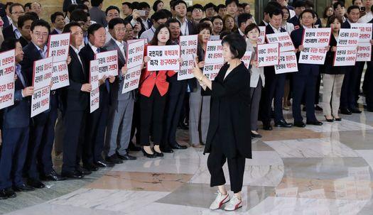 손혜원·하태경, 자유한국당 의원들과 실랑이