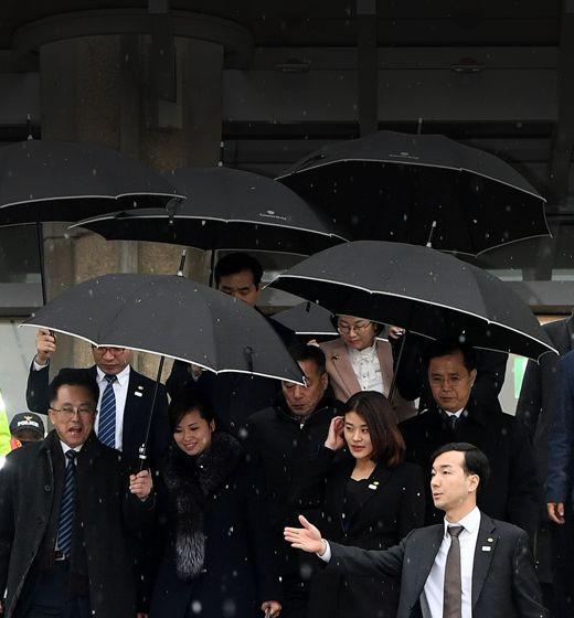 """""""현송월 단장 더 가까이서 모셔라""""눈발 날리자 우산 받쳐든 국정원"""