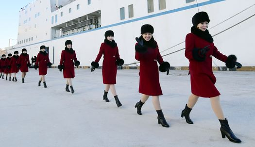 만경봉호에서 하선한 북한 예술단원들