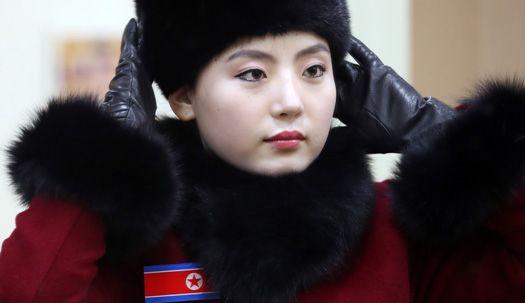 휴게소 들른 북한응원단, 화장실서 꽃단장