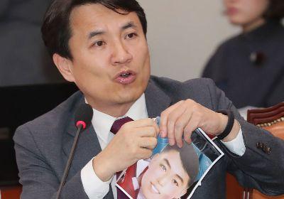 국회에서 '김일성 가면' 논란 사진 찢은 김진태 의원