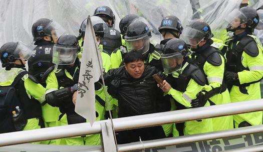 경찰, 사드 반대 단체 강제 해산