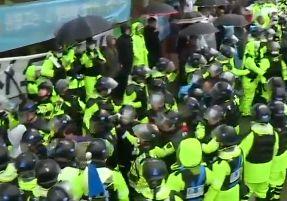 성주 사드기지 인근 진밭교서 경찰-주민 충돌