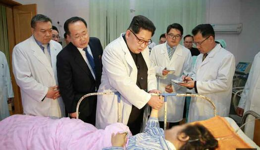 흰 가운 입은 김정은, 중국인 부상자 위로