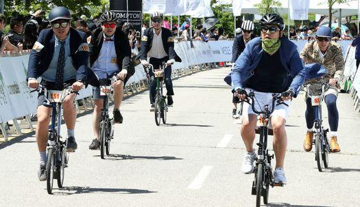 영국 신사처럼···타이·재킷 입고 자전거 타기