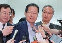 """홍준표 """"추석때 온다""""…배웅한 강연재·배현진"""