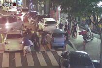 택시에 깔린 여성···경찰·시민 차 들어올려 구조