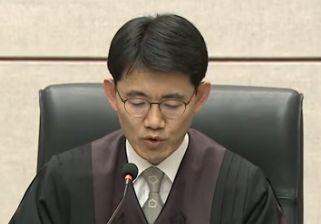 박근혜 '국정원 특활비·공천개입' 1심 징역 8년…33억 추징