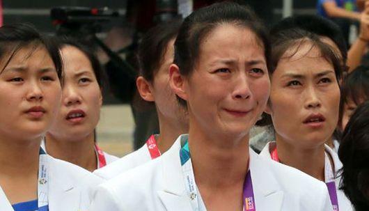 인공기 올라가자 눈물 쏟은 북한 선수들