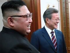 """文·김정은 담소 때 """"XX하네"""" """"욕설 아닌 기계잡음인듯"""""""