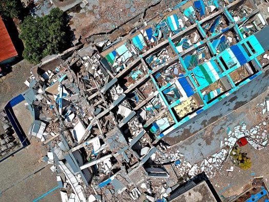 강진에 넘어진 팔루 호텔...60여명 갇혀