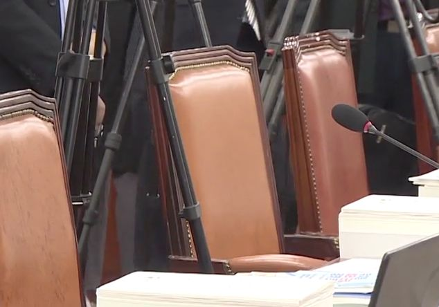 교육위는 '유은혜 국감' 야당 의원들 15분만에 퇴장