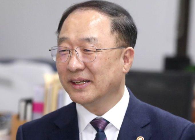 """'김앤장' 불화 의식했나 靑 """"홍남기가 경제총괄"""""""