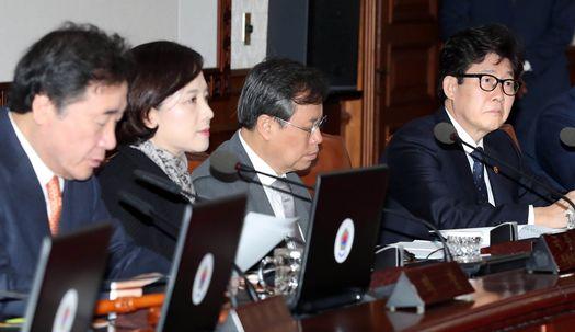 첫 국무회의 뒤늦게 참석한 조명래 장관