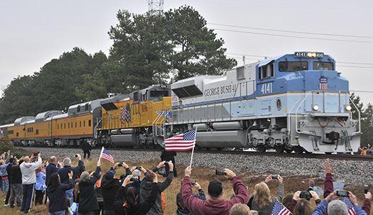 '4141'호 기차 타고 떠나는 부시 전 대통령  배웅 나온 미국 시민들