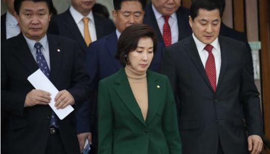 """나경원 '민간인 사찰 규명, VS 이해찬 '경제 살리기"""""""