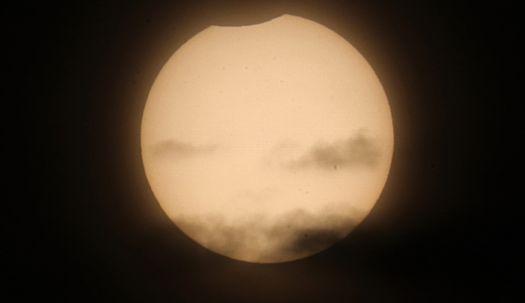 달이 태양을 가린다. 휴일 오전의 부분일식