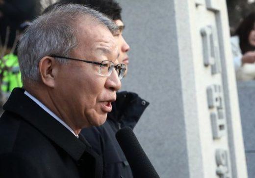 """대법 앞 기자회견 택한 양승태···일각선 """"김명수 겨냥"""""""