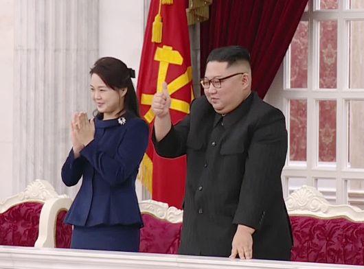 공연 관람한 김정은 엄지척 이설주는 기립 박수.