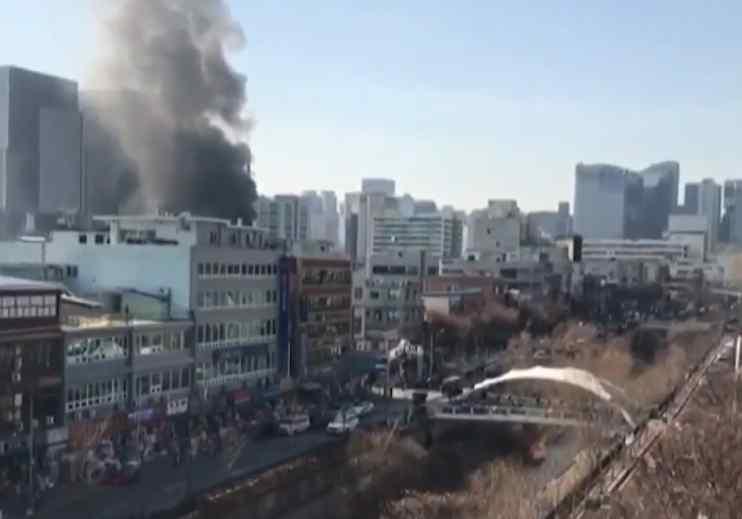 서울 을지로4가 철물점 화재···가득찬 연기에 도로통제