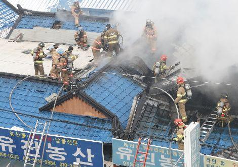 """""""속이 타들어가""""…경동시장 화재 상점 주인들 '발 동동'"""