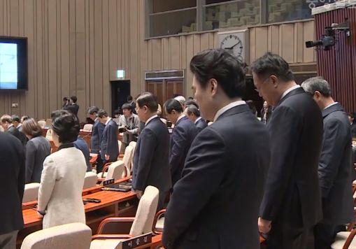 '천안함 간이 추모식'처럼 의원총회 연 한국당