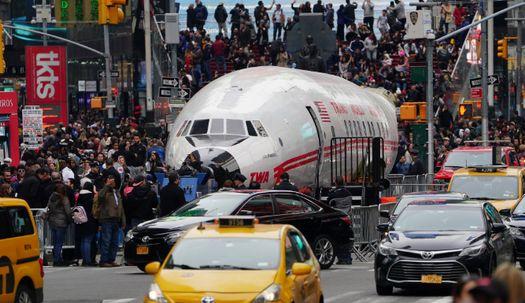 뉴욕 한복판에 불시착한 비행기의 정체는?