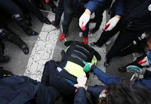 민주노총 시위대 앞  땅바닥에 엎드린 경찰