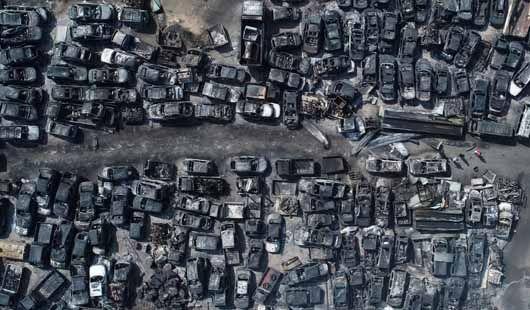 폭격을 맞은 듯. 화재로 폐허가 된 폐차장.