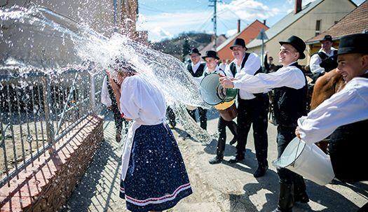 부활절에 여자는 물세례 맞는 나라
